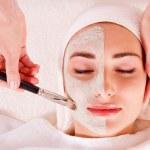 Woman receiving facial mask at beauty salon — Stock Photo