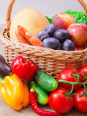Fruits et légumes dans le panier — Photo