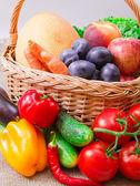 Frukt och grönsaker i korg — Stockfoto