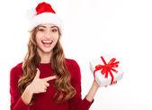 Leende jul kvinna med gåva — Stockfoto