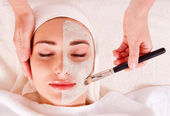 Woman receiving facial mask at beauty salon — Stock Photo