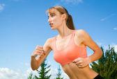 Genç kadın oynarken spor, jogging açık havada, rekreasyon, backgr — Stok fotoğraf