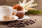 чашка кофе, зерна на фоне мешковины — Стоковое фото