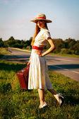 Portret linda chica esperando en la carretera — Foto de Stock