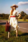 Portret jolie fille attend sur la route — Photo