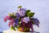 Belle composition de fleurs dans le panier — Photo