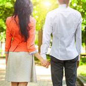 Feliz pareja tomados de la mano — Foto de Stock