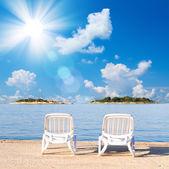 Ongebruikelijke uitzicht op zomer strand door zee. — Stockfoto