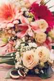 Noiva bouquet de flores brancas na superfície de madeira — Fotografia Stock