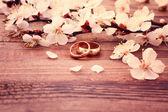Bruids boeket van witte bloemen op houten oppervlak — Stockfoto