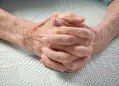 Pflege ist zu Hause für ältere Menschen. alte Menschen Hand in Hand. — Stockfoto