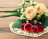 Bridal bouquet of white flowers on wooden surface. — Stockfoto