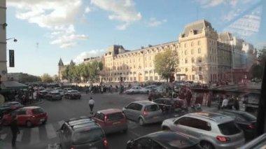 перекресток с пешеходный переход в центре парижа — Стоковое видео