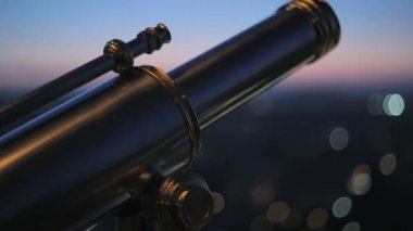 The telescope on the observation deck of Eiffel Tower — Stockvideo