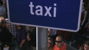 En skara människor på busshållplatsen i barcelona — Stockvideo