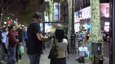 People on the main street of La Rambla in Barcelona — Stockvideo