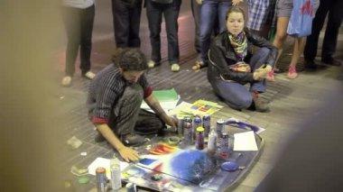 Street artist painting spray-paints — Stock Video