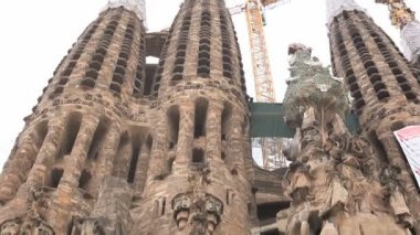 Decorative elements of the facade of the Sagrada Familia — Stock Video