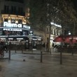 The lively streets of Paris at night — Stock Video
