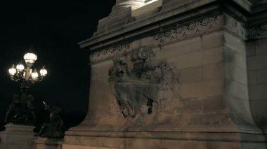 De kolom aan de brug van alexander iii in Parijs — Stockvideo