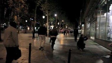 夜にパリの街を歩く — ストックビデオ