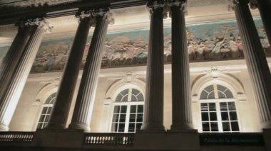 柱、アーチ型の窓、パリでの建物のフレスコ画 — ストックビデオ