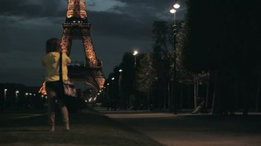 Alleya and the Eiffel Tower in Paris, France — Stock Video