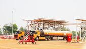 Carro caminhão no carregamento de petróleo bruto de baía de carregamento — Foto Stock
