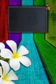 Fiori e farfalle su fondo in legno — Foto Stock