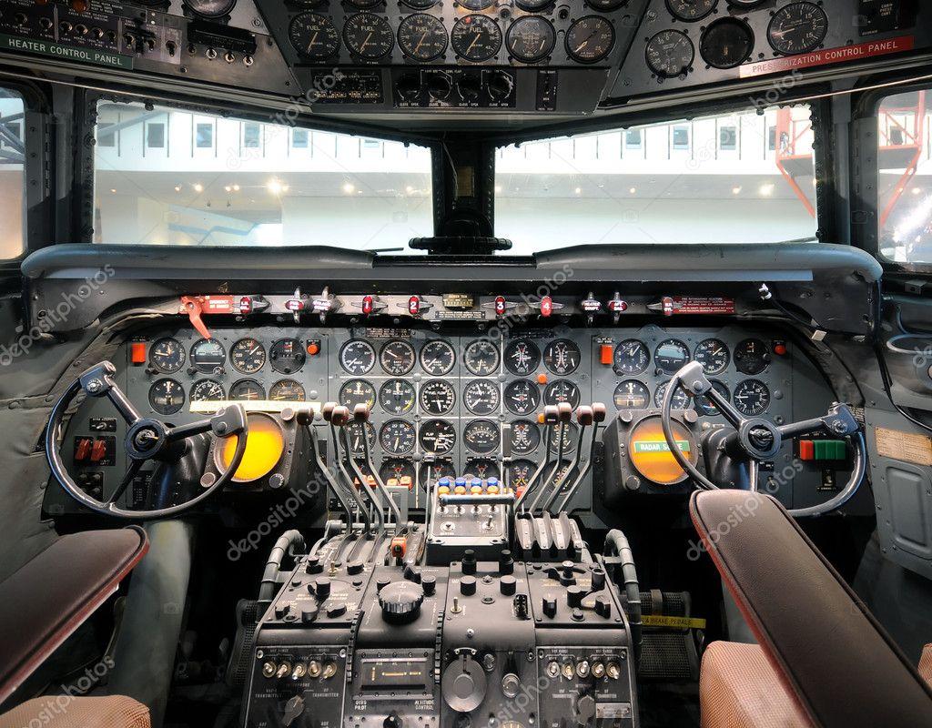 老飞机驾驶舱