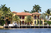 Lucury waterfront home — Stock Photo
