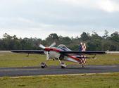 曲技飛行の軽飛行機 — ストック写真