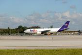Federal Express cargo jet — Stock Photo
