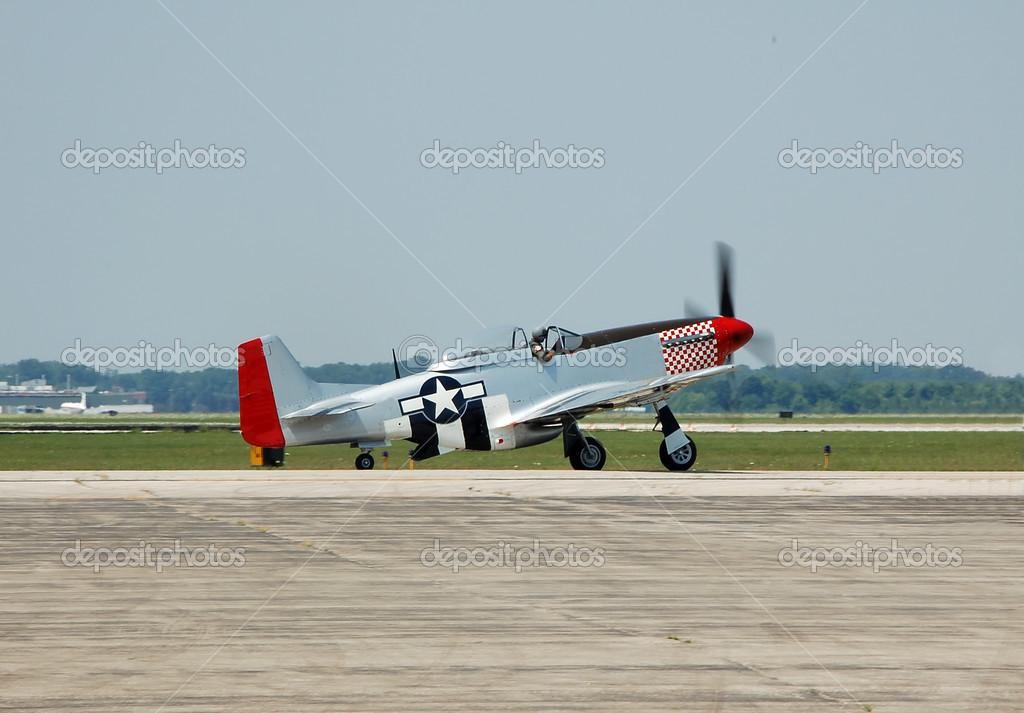 二次世界大战传奇战斗机飞机在航展上表演的北美 p-51 d 野马— phot