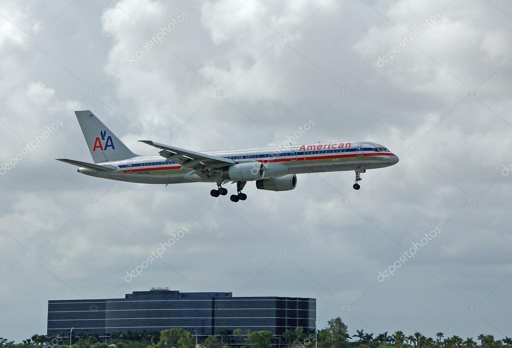 美国航空波音 757 客机– 图库社论摄影