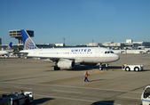 United Airlines passenger jet at terminal — Stock Photo