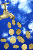Grifo monedas cayendo el cielo — Foto de Stock