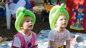 Bambini ad una festa di guardare uno spettacolo di marionette — Foto Stock