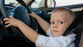 Niño pretendiendo conducir — Foto de Stock