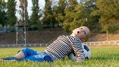 маленький мальчик, играя с футбольным мячом — Стоковое фото