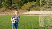 Lachen kleine jongen met bal — Stockfoto