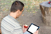 Man using a touchscreen tablet — Foto de Stock