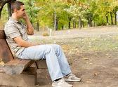 Muž chatování na jeho mobilní telefon — Stock fotografie