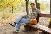 Adam rustik bankta bir kitap okuma — Stok fotoğraf