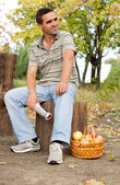 Man seated on a tree trunk — Stockfoto