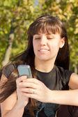 Mujer mediante teléfono móvil — Foto de Stock