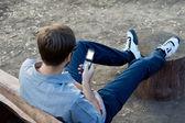 Adam onun mobil metin mesajı okuma — Stok fotoğraf