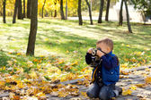 Small boy using a vintage slr camera — Stock Photo