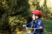 Liten pojke cyklar — Stockfoto