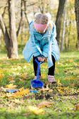 Little girl digging in the park — Stock Photo